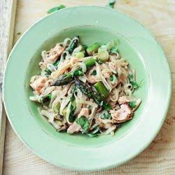 Makaron ryżowy ze szparagami i pieczonym łososiem