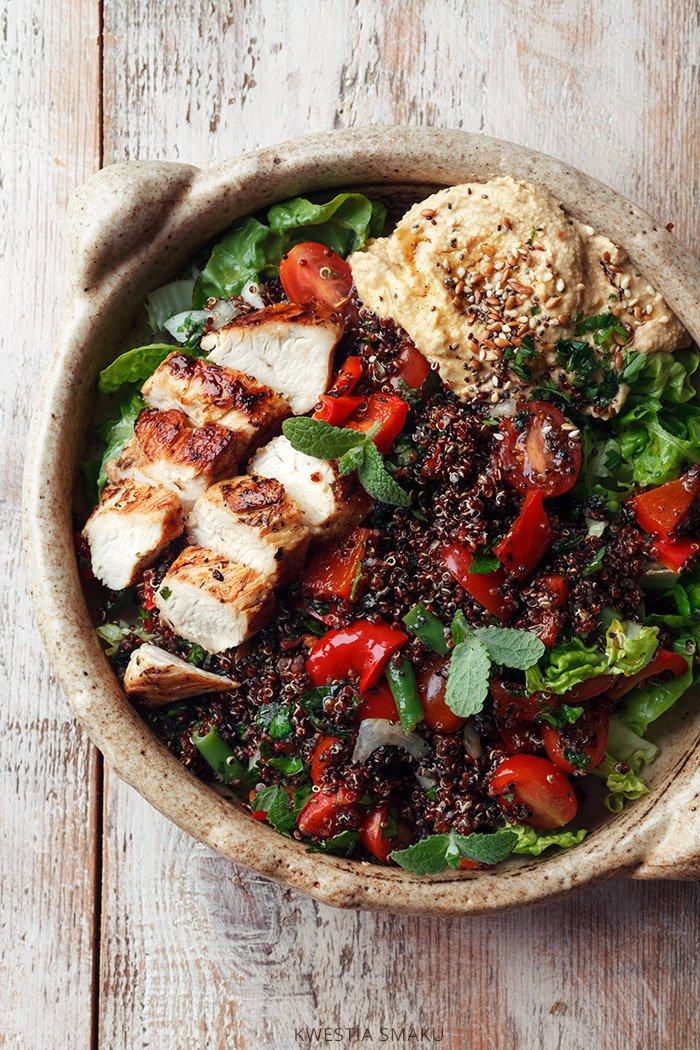 Salatka Z Komosa Ryzowa Grillowanym Kurczakiem Papryka I Hummusem